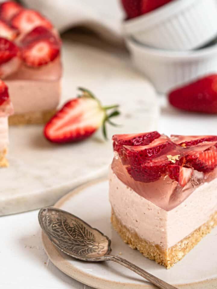 Creamy no-bake strawberry cheesecake with lemon jelly