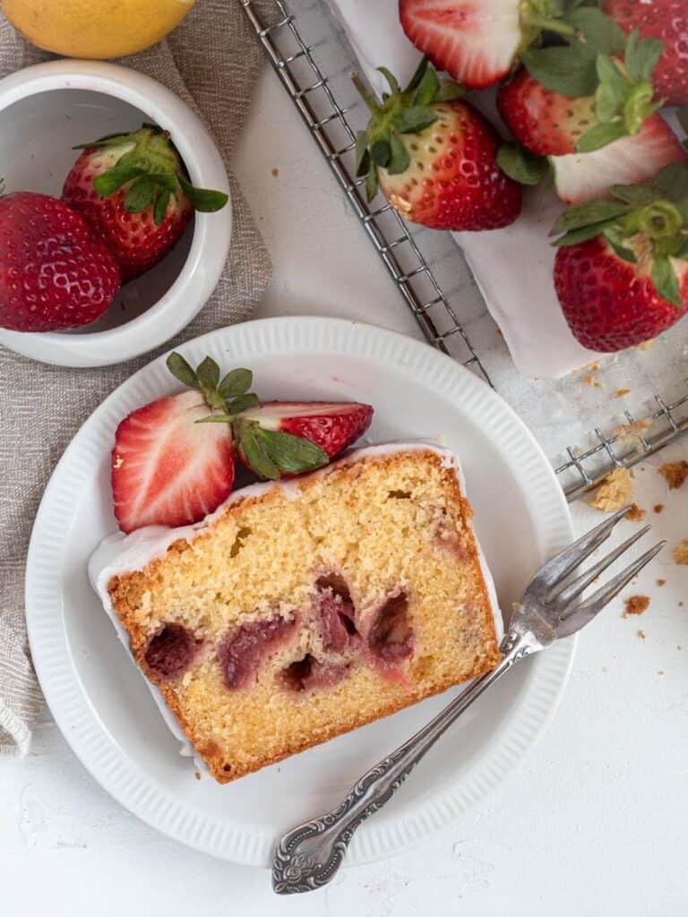 Moist strawberry pound cake with lemon glaze and fresh strawberriesMoist strawberry pound cake with lemon glaze and fresh strawberries